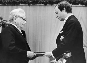 Elias Cantti tar emot nobelpris (AP Photo/Reportagebild)